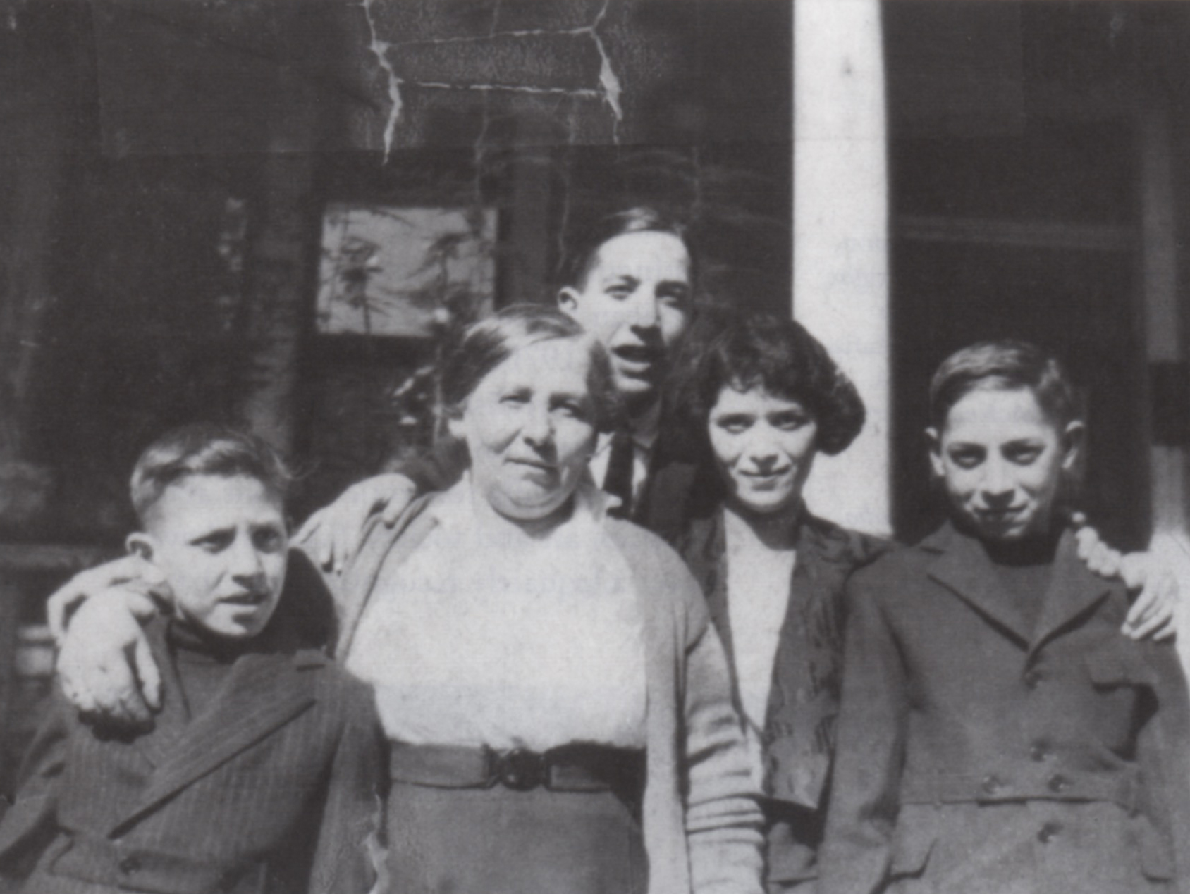 (fig. 5) Phillip Goldstein, at left, with his mother Rachel, brother Nat, sister Rose, and brother Irving in Los Angeles, early 1920s. Photo © Estate of Philip Guston, David McKee Gallery, New York